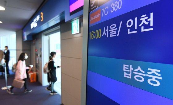 제주항공 '인천 to 인천' 관광비행 승객들이 23일 인천국제공항 1터미널 탑승게이트에서 탑승 수속을 하고 있다.   이날 제주항공은 일반인을 대상으로 국내 상공을 선회한 뒤 복귀하는 관광비행을 진행했다. 공항사진기자단