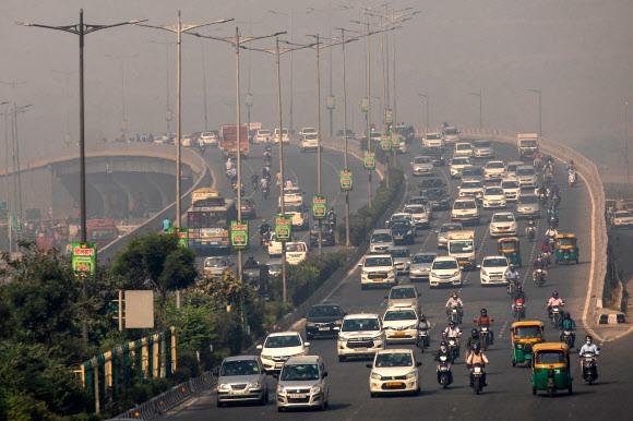 도널드 트럼프 미국 대통령이 22일(이하 현지시간) 대선 마지막 TV토론 도중 인도의 나쁜 공기 질을 언급한 가운데 23일 아침 수도 델리 도로에 출근길 차량과 오토바이 행렬이 가득하다.델리 로이터 연합뉴스