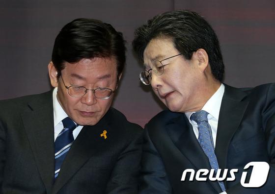 이재명 경기도지사와 유승민 전 의원, 2017.3.22/뉴스1 © News1 손형주 기자