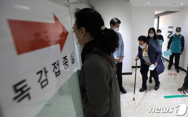 정부가 만 62~69세를 대상으로 인플루엔자(독감) 백신 무료접종을 시작한 26일 서울 강서구 한국건강관리협회 서울서부지부에서 어르신들이 접종을 위해 줄을 서고 있다. 2020.10.26/뉴스1 © News1 이성철 기자