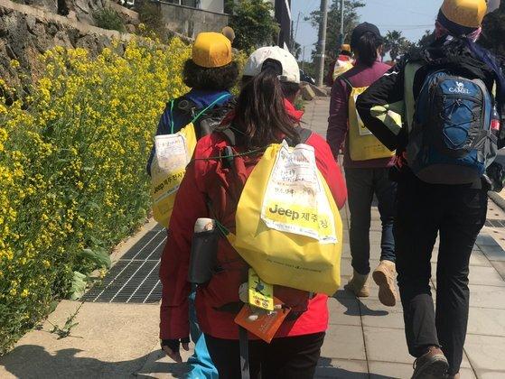 지난해 제주 유채꽃 걷기대회 참가자들이 서귀포시 산책로를 따라 걷고 있다. 최충일 기자