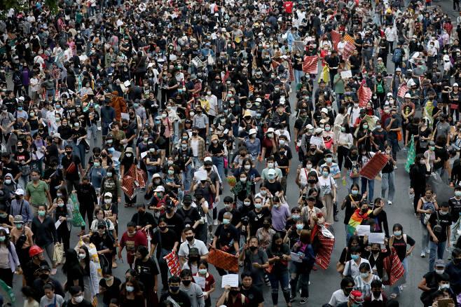 25일(현지시간) 태국 반정부 시위대가 수도 방콕 시내를 행진하는 모습. [로이터]