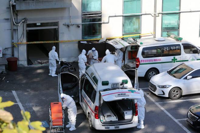 지난 23일 경기도 남양주 오남읍의 한 요양원에서 보건소 관계자들이 입소자를 이송시키고 있다.(사진=연합뉴스)