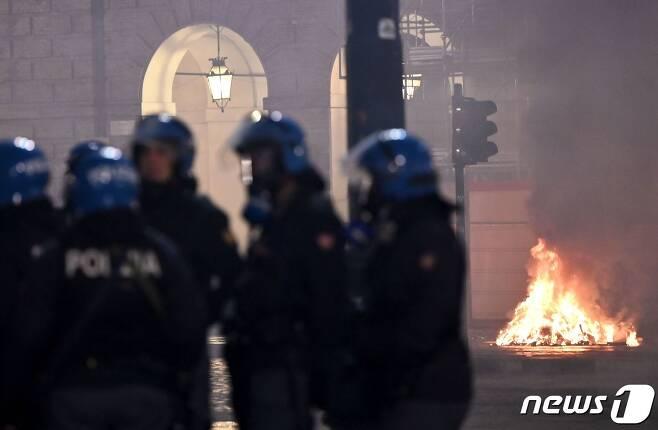 26일 이탈리아 토리노에서 경찰들이 봉쇄 반대 시위를 진압하기 위해 출동해 있다. © AFP=뉴스1