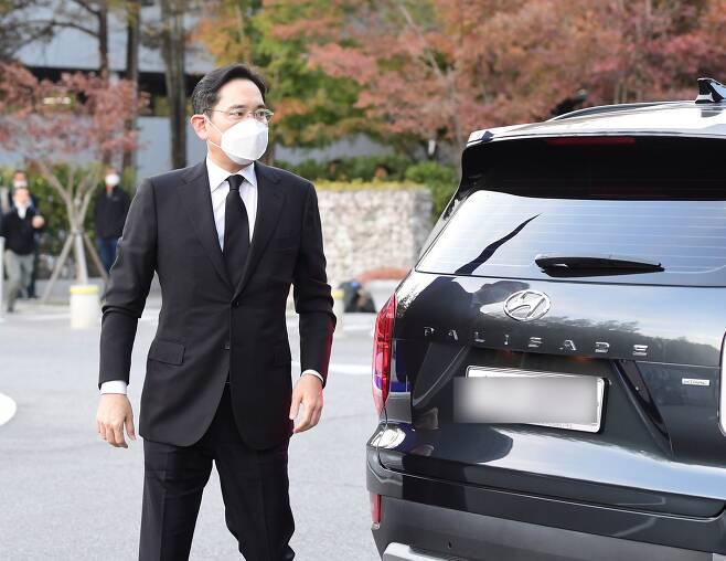 이재용 삼성전자 부회장이 25일 고(故) 이건희 삼성전자 회장의 빈소가 마련된 서울 삼성서울병원 장례식장에 도착하고 있다. /박상훈 기자
