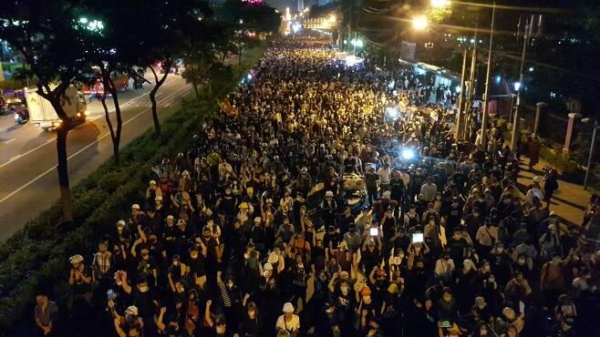 독일 대사관으로 행진 중인 태국 반정부 시위대. 2020.10.26 [방콕=김남권 특파원]