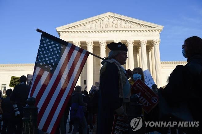 26일(현지시간) 미국 대법원 앞에 모여든 코니 배럿 지지자들 [AFP=연합뉴스 자료사진]