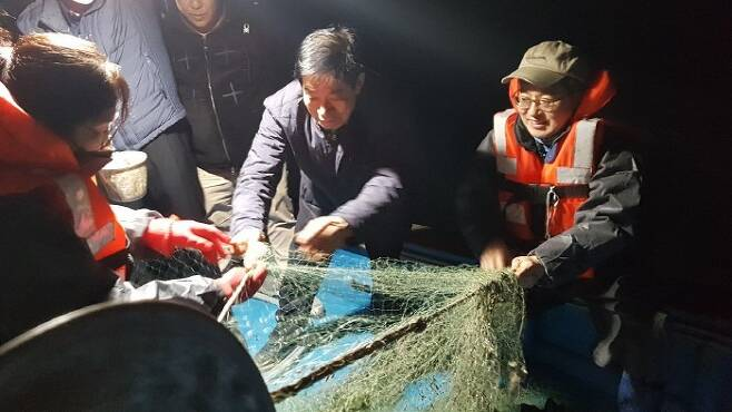 김동연 전 부총리가 전남 여수 안포리를 찾아 현지 어민들과 함께 전어잡이 체험을 하고 있다. [정혁훈 기자]