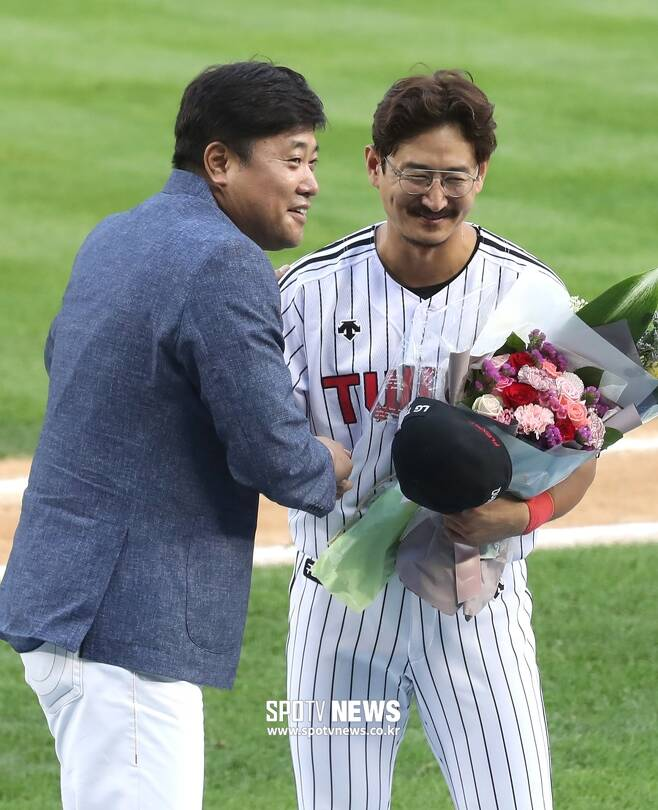▲ 양준혁(왼쪽) 해설위원이 자신의 안타 기록을 넘어선 LG 박용택에게 축하를 하고 있다. ⓒ한희재 기자