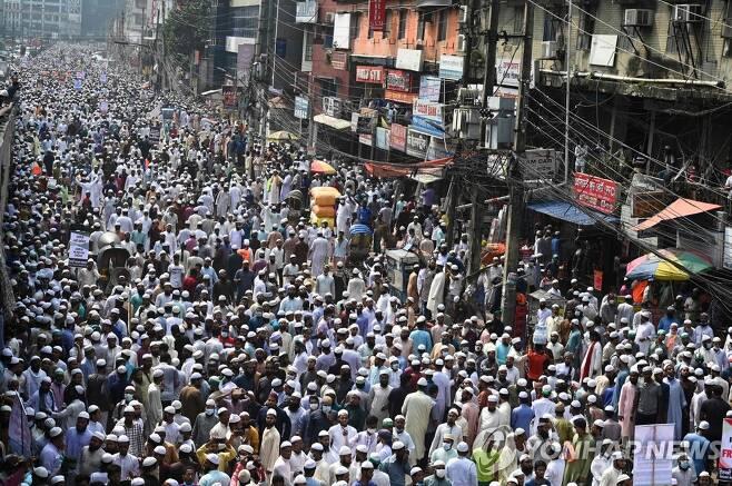 방글라데시에서 벌어진 대규모 '반(反) 프랑스' 시위 (다카 AFP=연합뉴스) 27일(현지시간) 방글라데시 수도 다카에서 대규모 '반(反) 프랑스' 시위가 벌어지고 있다. 이슬람 선지자 무함마드에 대한 풍자와 이에 대한 옹호 문제로 프랑스와 이슬람국가 간에 갈등이 빚어진 가운데 이날 다카에서는 수만 명의 시위대가 행진하며 프랑스 제품 불매 등을 주장했다. leekm@yna.co.kr