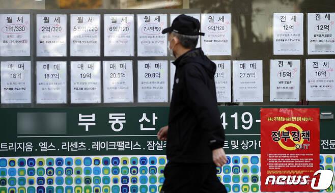 28일 서울 시내 부동산 공인중개사 사무소에 전세, 월세, 매매 등 매물 정보가 붙어있다.. 2020.10.28/뉴스1 © News1 안은나 기자