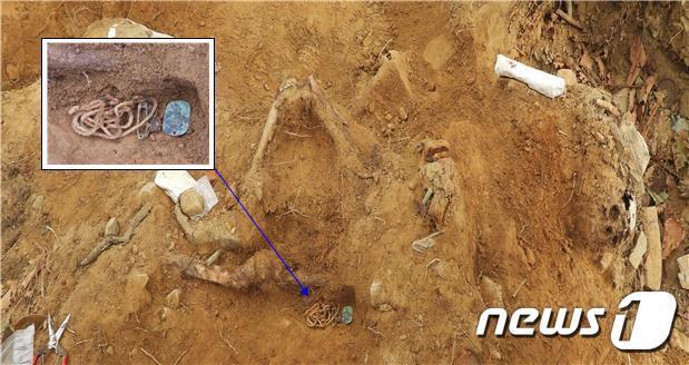 국방부는 올해 4월 재개해 진행 중인 화살머리고지 유해발굴에서 총 3백여 점의 유해와 1만 7천여 점의 유품을 발굴했다고 29일 밝혔다. 사진은 고 송해경 이등중사 인식표. (국방부 제공) 2020.10.29/뉴스1