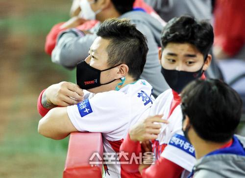 KIA 타이거즈 최형우가 22일 광주 키움전에서 0-2로 뒤진 8회 팀의 공격을 지켜보고있다. 김도훈기자 dica@sportsseoul.com