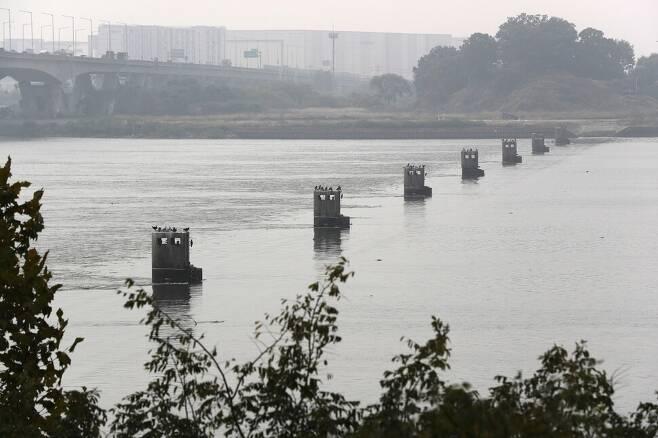 1988년 김포대교 하류에 신곡수중보가 설치돼 서울 한강에 펼쳐져 있던 수백만 평의 백사장이 강물 속으로 사라져버렸다. 신곡수중보 고정보의 현재 모습. 류우종 기자
