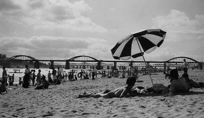 1960년까지만 해도 서울 용산구 동부이촌동 일대의 한강 백사장에선 시민들이 여름에 강수욕을 하고, 겨울에 썰매를 타는 일이 일상이었다. 서울시 제공