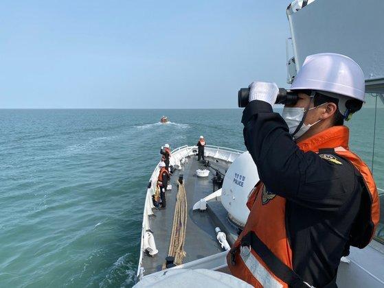 해양경찰 대원들이 이달 초 인천시 중구 연평도 해역에서 북한에 의해 피격돼 사망한 해양수산부 공무원 이모씨의 시신을 수색하고 있다. [사진 해양경찰청]