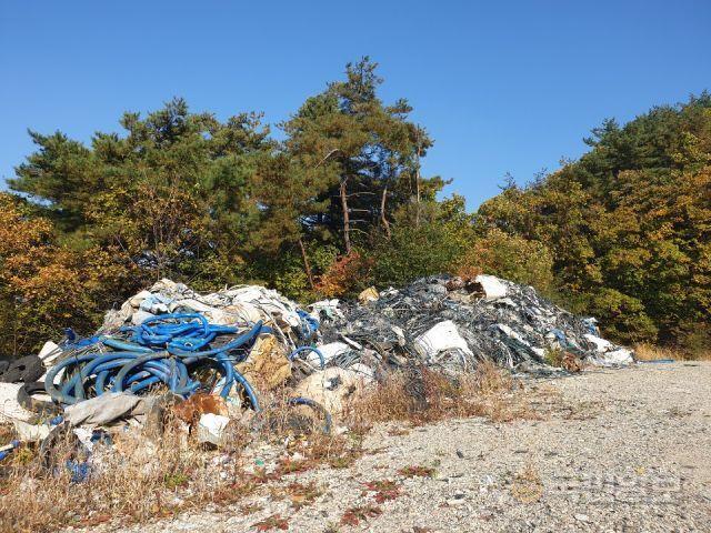 지난 20일 운악산 인근에 남아있는 쓰레기 더미