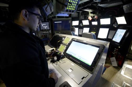 미 해군의 버지니아급 핵잠수함 콜로라도 함에서 박스 컨트롤을 조작하는 수병 [미 해군 제공. DB 및 재판매 금지]