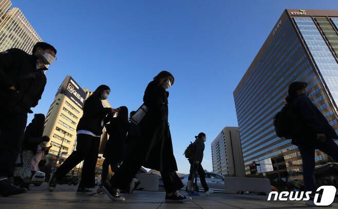 서울의 아침 기온이 4도까지 떨어지는 등 쌀쌀한 날씨를 보인 29일 오전 서울 세종로네거리에서 시민들이 두꺼운 옷을 입고 발걸음을 옮기고 있다. 2020.10.29/뉴스1 © News1 구윤성 기자