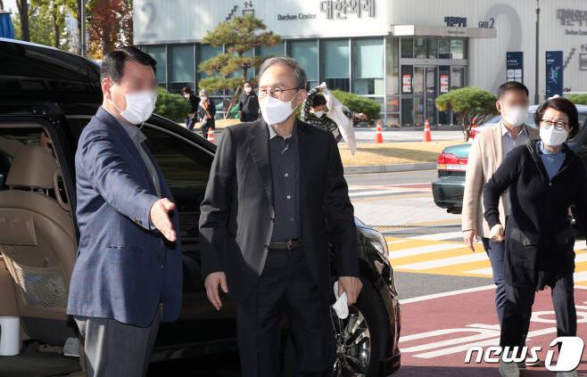 이명박 전 대통령이 30일 오전 진료를 받기 위해 서울 종로구 서울대병원에 도착한 모습. 2020.10.30/뉴스1 © News1 황기선 기자