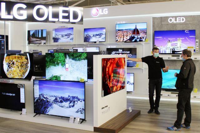 리투아니아 카우나스(Kaunas)市에 위치한 가전 매장을 찾은 고객이 LG 올레드 갤러리 TV를 둘러보고 있다. (사진=LG전자)