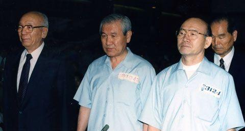 1996년 9월 전두환(오른쪽)·노태우(가운데) 전 대통령이 12·12 및 5·18 사건 관련 재판정에 나란히 서 있다. /조선일보 DB
