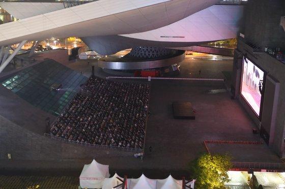 〈YONHAP PHOTO-5971〉 부산국제영화제 개막작 상영   (부산=연합뉴스) 강덕철 기자 = 제25회 부산국제영화제(BIFF)가 21일 부산 해운대구 영화의전당 야외무대에서 개막작 '칠중주:홍콩 이야기'가 상영되고 있다. 올해는 코로나19 여파로 스타가 등장하는 화려한 레드카펫 행사도 개막식·폐막식도 없이 열린다. 2020.10.21   kangdcc@yna.co.kr/2020-10-21 20:54:40/ 〈저작권자 ⓒ 1980-2020 ㈜연합뉴스. 무단 전재 재배포 금지.〉