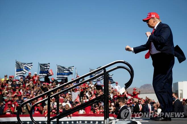 28일 애리조나 불헤드시티에서 유세를 마치고 춤추는 도널드 트럼프 미국 대통령 [AFP=연합뉴스]