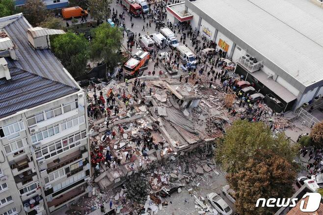 에게해 규모 7 강진으로 터키 서부 이즈미르에서 건물이 무너져 내려 구조작업이 진행 중이다.© 로이터=뉴스1