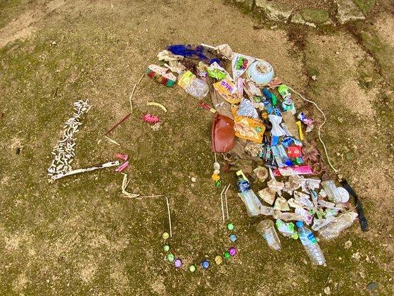 김강은씨가 친구들과 산에서 수거한 쓰레기로 정크 아트를 만들었다. [사진=김강은]