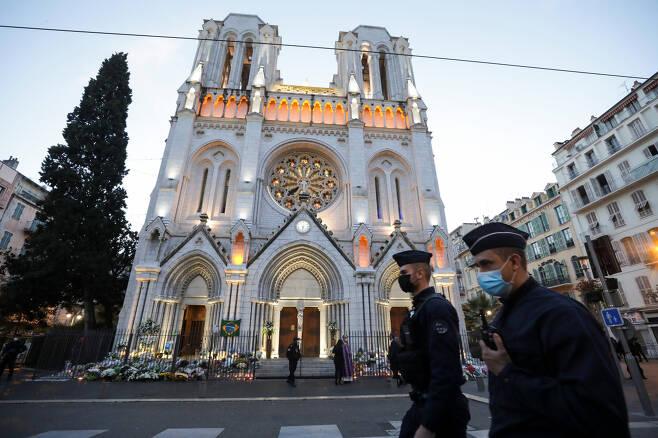 이슬람 극단주의 관련 흉기 테러가 발생한 프랑스 니스 노트르담 성당 앞을 1일(현지시간) 현지 경찰들이 순찰하고 있다. [로이터]