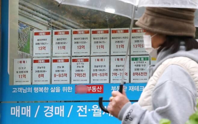 서울의 한 아파트 단지에 있는 부동산 공인중개소 앞에 매물 전단이 붙어 있다. /사진제공=뉴스1