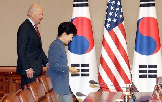 2013년 12월 6일 조 바이든 당시 미국 부통령이 청와대를 방문해 집현실에서 박근혜 당시 대통령과 회담을 위해 자리로 이동하고 있다. 청와대사진기자단