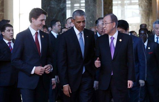 2015년 11월 15일 반기문 딩시 유엔 사무총장과 오바마 미국 대통령이 오후 터키 안탈리아 레그넘 호텔 컨벤션센터에서 G20 정상회의 단체 기념촬영장으로 이동하며 대화하고 있다. 청와대사진기자단