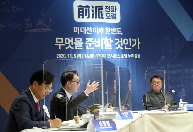 박원곤 한동대 교수(왼쪽 두 번째)가 5일 서울 포시즌스호텔에서 '미 대선 이후 한반도, 무엇을 준비할 것인가'란 주제로 연린 전파포럼에서 발언하고 있다. 연합뉴스