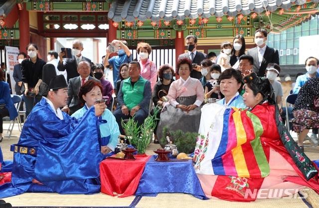 [밀양=뉴시스] 안지율 기자 = 다문화 부부 전통 혼례 모습. 2020.05.31. photo@newsis.com