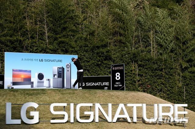 [서울=뉴시스]5일 경기도 파주 광탄면에 위치한 서원밸리CC에서 열린 LG SIGNATURE 플레이어스 챔피언십 1라운드 8번홀에서 장동규가 아이언티샷을 하고 있다. (사진=KPGA 제공) 2020.11.05. photo@newsis.com