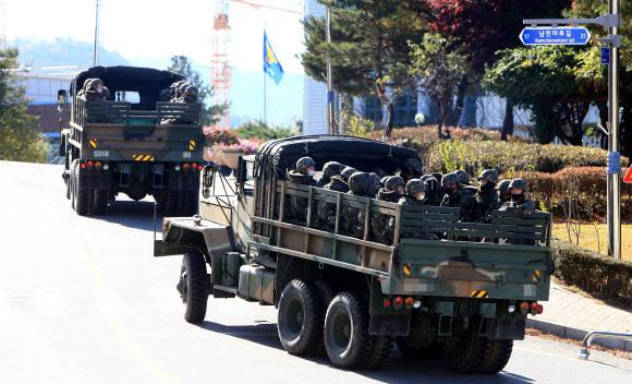북한 남성 1명이 철책을 넘어와 동부전선에 대침투경계령인 진돗개 하나가 내려지는 등 수색작전이 전개된 4일 병력을 태운 트럭들이 이동하고 있다. 2020.11.4 연합뉴스