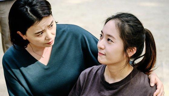 '기생충'에서 충숙 역을 맡았던 장혜진(왼쪽부터)이 이번 영화에서 정수정과 모녀로 호흡을 맞췄다. [사진 리틀빅픽처스]