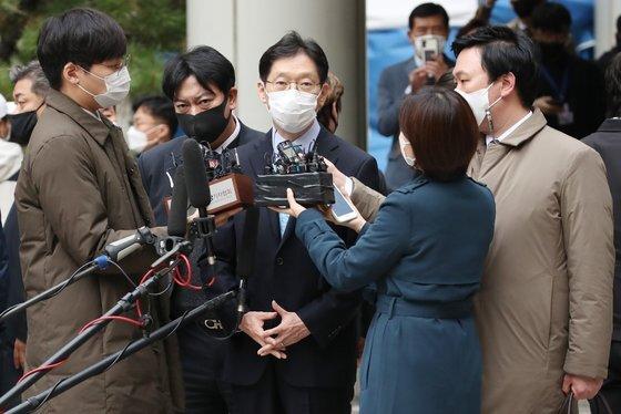 1심에서 법정구속됐던 김경수 경남지사는 올해 3월 구속 77일만에 보석으로 석방됐다. 2심 재판부도 보석은 유지하도록 해 지사직 수행을 계속하게 됐다. 연합뉴스