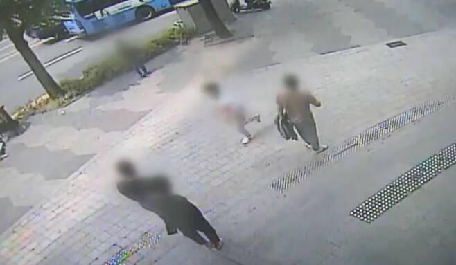 지난 5월 서울역에서 처음 본 여성을 폭행하고 도주하는 남성