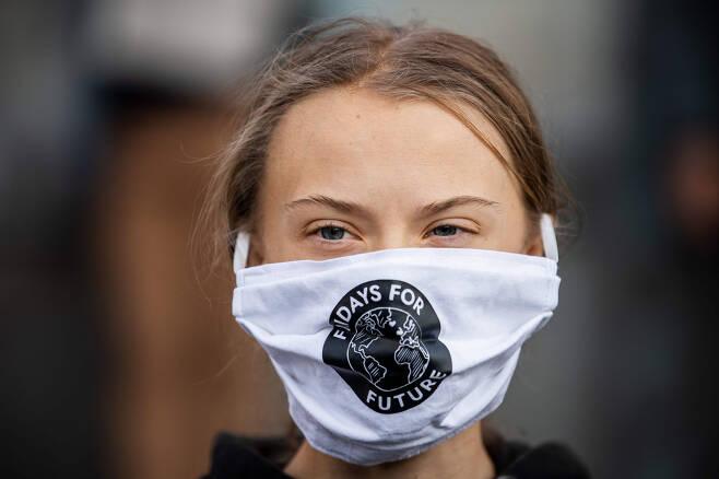 스웨덴의 환경운동가 그레타 툰베리가 2020년 9월 25일(현지시간) 스톡홀름의 국회의사당 앞에서 마스크를 착용한 채 기후변화 대응을 촉구하는 '미래를 위한 금요일'(Fridays for Future) 시위에 참석하고 있다. [연합]