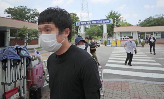 지난 7월 구치소에서 나오는 '웰컴투비디오' 운영자 손정우. [이미지출처=연합뉴스]