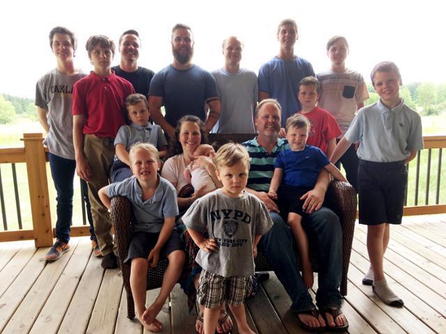 2018년 5월 미국의 제이·카테리 슈반트 부부가 14명의 아들과 함께 찍은 가족사진. AP통신