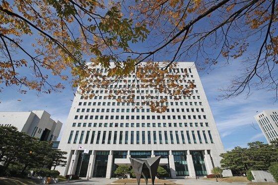 지난달 28일 오후 서울 서초구 대검찰청사 앞 나무가 가을빛 단풍으로 물들어 있다. [연합뉴스]