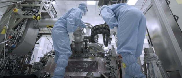 EUV 노광장비를 조립하는 직원들. 홈페이지 캡처