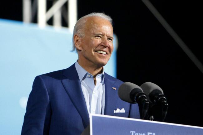 민주당 대선 후보인 조 바이든 전 부통령이 2020년 10월 29일 목요일 플로리다 주 박람회장에서 열린 드라이브인 집회에서 지지자들에게 연설하고 있다. |AP연합뉴스