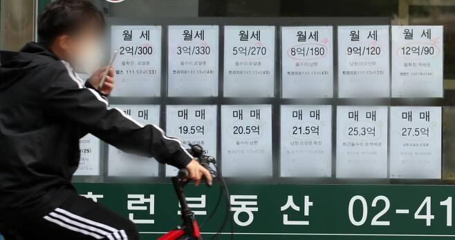 서울 시내 한 부동산 공인중개소 앞에 매물 정보가 붙어있다. 최근 전세난으로 매매와 보증부월세(반전세) 매물 위주로 나와 있다. /사지제공=뉴스1