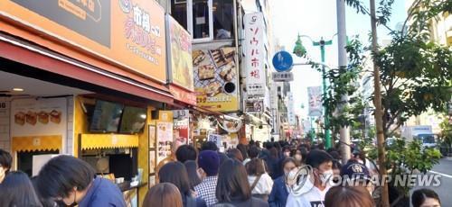 마스크 쓴 행인들로 붐비는 도쿄 신오쿠보 거리. [연합뉴스 자료사진]