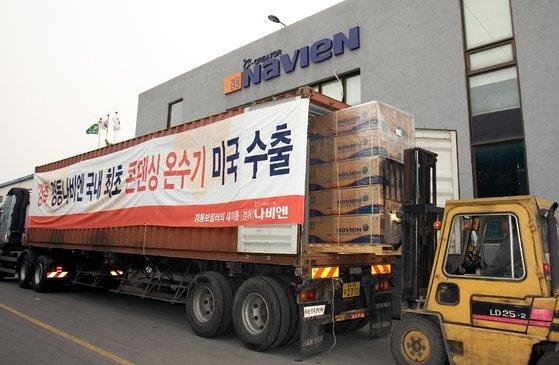업계 최초로 미국 시장에 콘덴싱 온수기 수출 계약 후 2009년 경기도 송탄 공장에서 가진 첫 출고 행사. 사진 경동나비엔